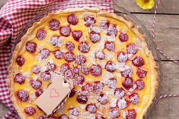 Crostata con crema pasticcera e ciliegie sciroppate