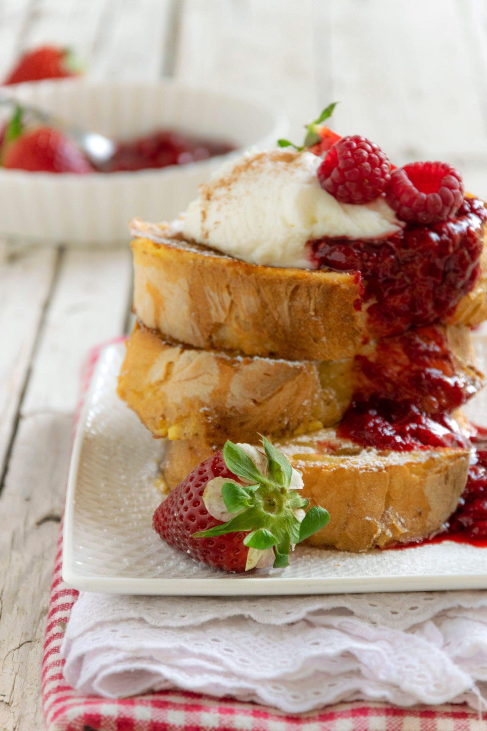 French toast con composta di frutti rossi